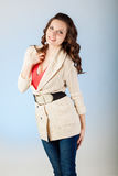 Jovem mulher sensual com cabelos marrons longos bonitos Foto de Stock