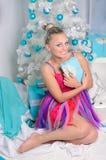 Jovem mulher sensual no interior do Natal foto de stock royalty free
