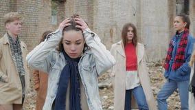 A jovem mulher sente o sofrimento video estoque
