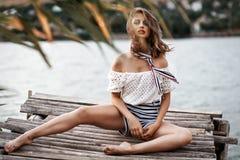 Jovem mulher 'sexy' bonita com o figo delgado fino longo do cabelo ondulado Fotografia de Stock Royalty Free