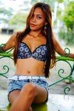 Jovem mulher 'sexy' bonita que levanta no balanço metálico Imagem de Stock Royalty Free