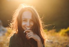 Jovem mulher 'sexy' bonita que sorri na paisagem bonita no tempo do por do sol imagem de stock royalty free