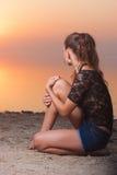 Jovem mulher 'sexy' da beleza na praia no por do sol fotografia de stock