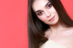 Jovem mulher 'sexy' no fundo cor-de-rosa imagem de stock