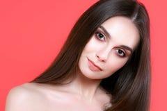 Jovem mulher 'sexy' no fundo cor-de-rosa imagens de stock