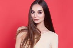 Jovem mulher 'sexy' no fundo cor-de-rosa fotos de stock royalty free