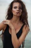Jovem mulher 'sexy' no roupa de banho preto da forma com cabelo ondulado longo o Foto de Stock Royalty Free