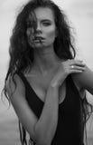 Jovem mulher 'sexy' no roupa de banho preto da forma com cabelo ondulado longo o Imagem de Stock