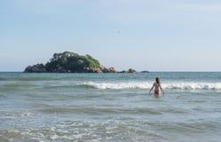 Jovem mulher 'sexy' no terno de natação que entra no oceano na praia em Weligama fotografia de stock