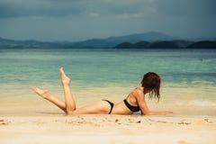 Jovem mulher 'sexy' que encontra-se na praia Fotos de Stock