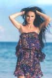 Jovem mulher 'sexy' que levanta na praia tropical da ilha de Bali, Indonésia Ásia Fotos de Stock Royalty Free