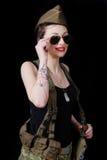 Jovem mulher 'sexy' que levanta no uniforme WW2 militar imagem de stock royalty free