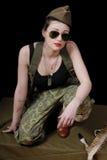 Jovem mulher 'sexy' que levanta no uniforme WW2 militar imagens de stock royalty free