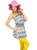Jovem mulher 'sexy' que veste Mini Dress curto com um chapéu de Sun Fotos de Stock Royalty Free