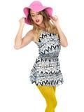 Jovem mulher 'sexy' que veste Mini Dress curto com um chapéu de Sun Fotografia de Stock Royalty Free