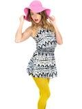 Jovem mulher 'sexy' que veste Mini Dress curto com um chapéu de Sun Fotografia de Stock