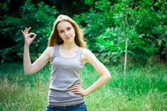 Jovem mulher, sinal aprovado fotografia de stock