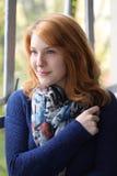 Jovem mulher Smirking com olhos azuis Fotos de Stock Royalty Free