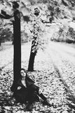 Jovem mulher sob a árvore Fotografia de Stock Royalty Free