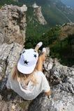 Jovem mulher sobre a montanha imagens de stock royalty free