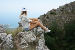 Jovem mulher sobre a montanha Fotos de Stock Royalty Free