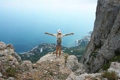 Jovem mulher sobre a montanha Fotos de Stock