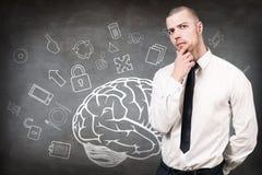 Jovem mulher sobre o esboço do cérebro no muro de cimento Fotografia de Stock Royalty Free