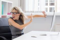 A jovem mulher sobrecarregado não pode segurar essa carga de trabalho anymore fotos de stock