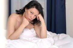 Jovem mulher sonolento mal-humorada logo após acordar fotografia de stock