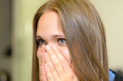 Jovem mulher superada com emoções fotos de stock