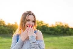 A jovem mulher surpreendida com cede sua boca exterior Imagens de Stock