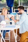 Jovem mulher surpreendida e muito feliz após a proposição por seu noivo imagens de stock royalty free