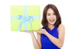Jovem mulher surpreendida que guarda uma caixa de presente Imagens de Stock Royalty Free