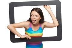 Jovem mulher surpreendida que scrambling fora do quadro da tabuleta fotos de stock