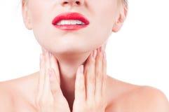 A jovem mulher tem a garganta inflamada que toca no pescoço Imagem de Stock