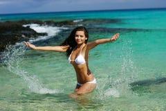 A jovem mulher tem o divertimento na água imagem de stock royalty free