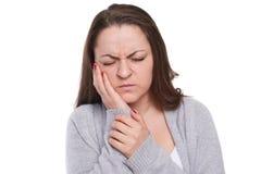 A jovem mulher tem o problema com seu dente Foto de Stock
