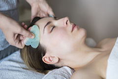 A jovem mulher tem o tratamento da cara na clínica da beleza fotos de stock