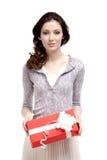 A jovem mulher tem um presente do xmas Fotos de Stock Royalty Free