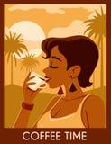 A jovem mulher tem um resto sob palmeiras e aprecia um copo do coffe Imagem de Stock
