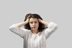 Jovem mulher terrificada headshot do retrato que olha chocada Foto de Stock Royalty Free