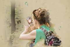 A jovem mulher toma a foto com smartphone, ilustração Foto de Stock