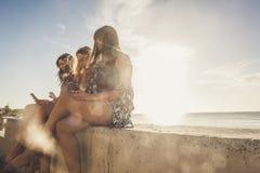 Jovem mulher três que usa o telefone para tomar selfies nas férias perto de t Imagens de Stock Royalty Free