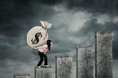 A jovem mulher traz o saco do dólar na carta Imagens de Stock Royalty Free