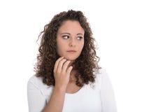 Jovem mulher triste e pensativa isolada que olha lateralmente imagem de stock