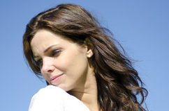 Jovem mulher triste em exterior azul Fotos de Stock Royalty Free