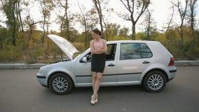 Jovem mulher triste perto de carro quebrado video estoque