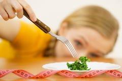 Jovem mulher triste que está na dieta Fotografia de Stock