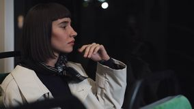 Jovem mulher triste que olha fora de uma janela do transporte público Menina cansado que pensa de algo que senta-se perto da jane vídeos de arquivo