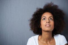 Jovem mulher tristonho séria com um afro Fotografia de Stock Royalty Free